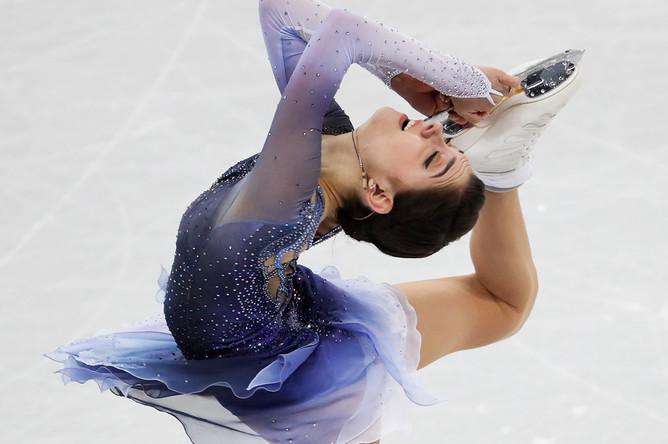 Российская фигуристка Евгения Медведева во время выступления в короткой программе в командного олимпийского турнира