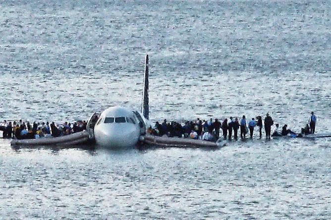 Самолет Airbus A320 авиакомпании US Airways в реке Гудзон в Нью-Йорке после аварийной посадки на воду, 15 января 2009 года