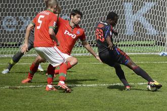 Сейду Думбия оформляет четвертый гол армейцев в ворота «Локомотива»