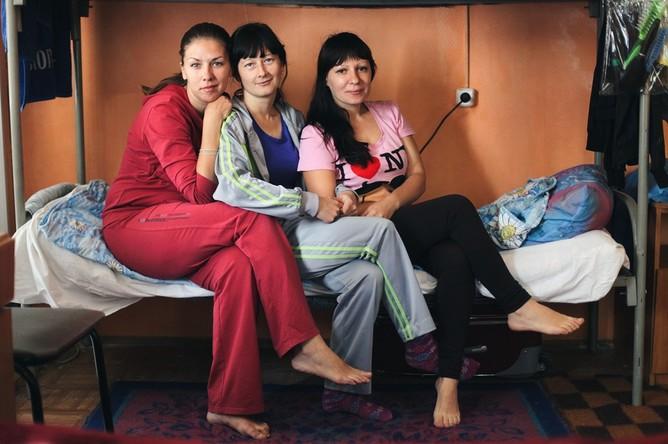Елена Атаманова (28 лет), Катя Алексеенко (31 год) и Юлия Скрыпник (30 лет) — три подруги из Северодонецка, Луганская область