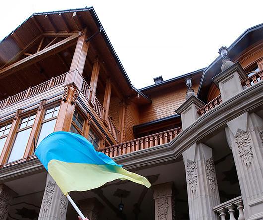 Сторонники оппозиции на территории оставленной резиденции президента Украины Виктора Януковича «Межигорье» под Киевом