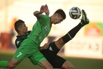 В первом матче против «Краснодара» Игорь Портнягин (на переднем плане) не забил, а его команда проиграла