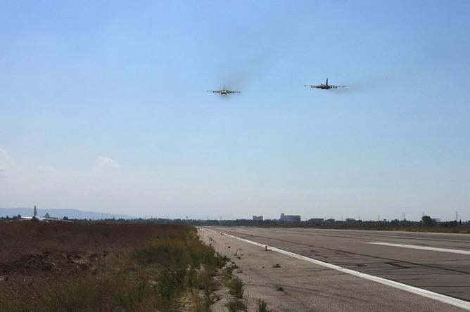 Штурмовики Су-25 взлетают с аэродрома Хмеймим в Сирии