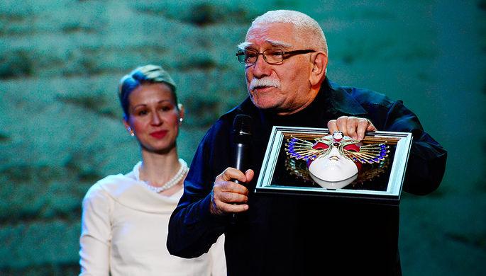 Армен Джигарханян получает спецпремию «Золотая маски» «За выдающийся вклад в развитие театрального...