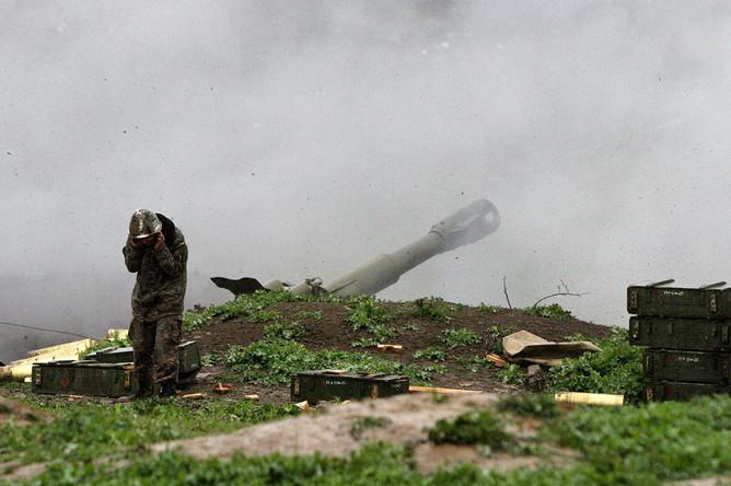 Военнослужащий армии НКР в зоне боевых действий