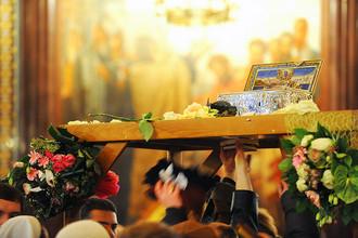 Верующие прикасаются к ковчегу с Поясом Пресвятой Богородицы в храме Христа Спасителя