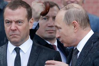 Премьер-министр России Дмитрий Медведев и президент Владимир Путин во время церемонии возложения венков к Могиле Неизвестного Солдата у стен Кремля в День памяти и скорби, июнь 2017 года