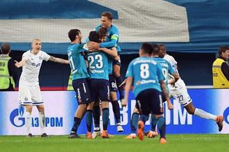 Игроки «Зенита» поздравляют 17-летнего Илью Скроботова с победным голом в ворота «Динамо»