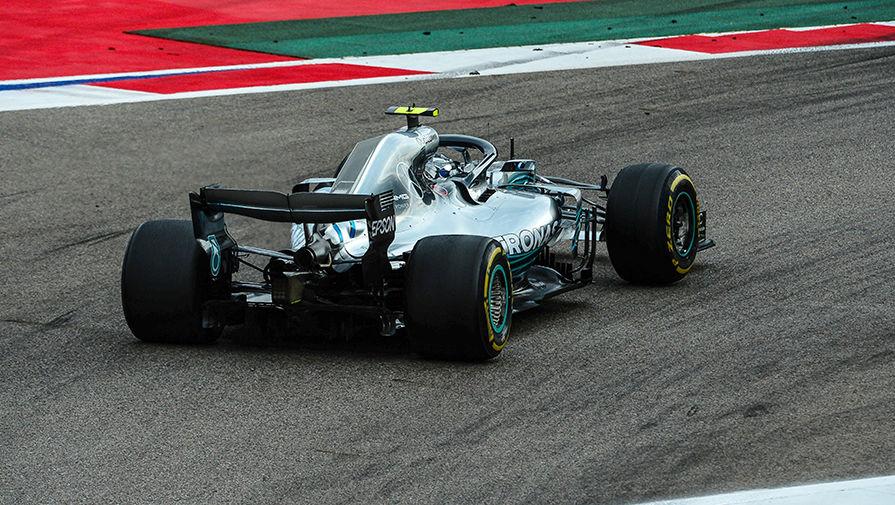 Гонщик команды «Мерседес» Валттери Боттас принимает участие в гонке на российском этапе чемпионата мира по кольцевым автогонкам в классе «Формула-1», 30 сентября 2018 года