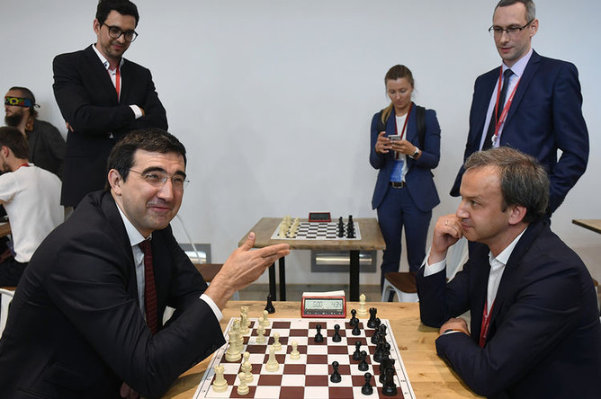 Чемпион мира по шахматам Владимир Крамник и председатель Международной федерации шахмат (FIDE) Аркадий Дворкович в шахматной гостиной во время Петербургского международного экономического форума (ПМЭФ) в Санкт-Петербурге, 6 июня 2019 года