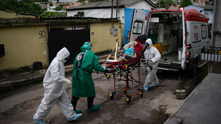 Медики готовят к отправке в госпиталь пациента с подозрением на коронавирус, Манаус, Бразилия