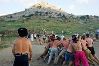 Борьба около Генуэзской крепости в Судаке, июль 2016 года
