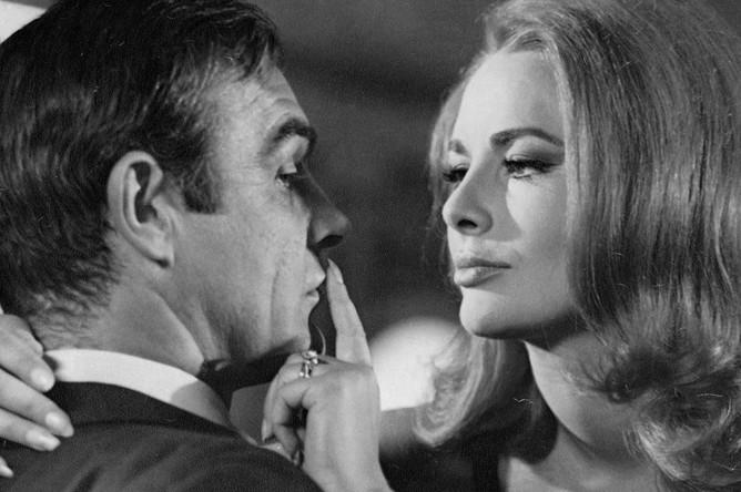 Шон Коннери и Карин Дор в фильме «007: Живешь только дважды» (1967)
