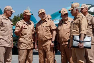 Министр обороны России Сергей Шойгу (в центре) инспектирует организацию несения российскими военнослужащими боевой службы на авиабазе «Хмеймим» в ходе рабочей поездки в Сирию