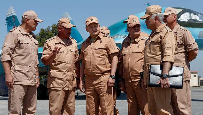 Министр обороны России Сергей Шойгу (в центре) инспектирует организацию несения российскими...
