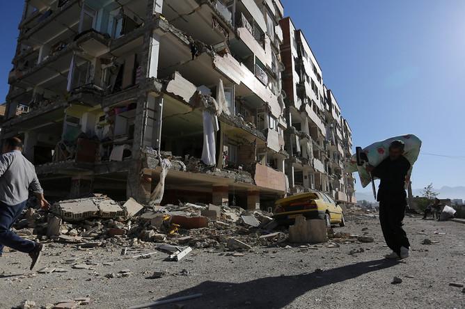 Поврежденное здание в иранском городе Сере-Поле-Зохаб после землетрясения, 13 ноября 2017 года