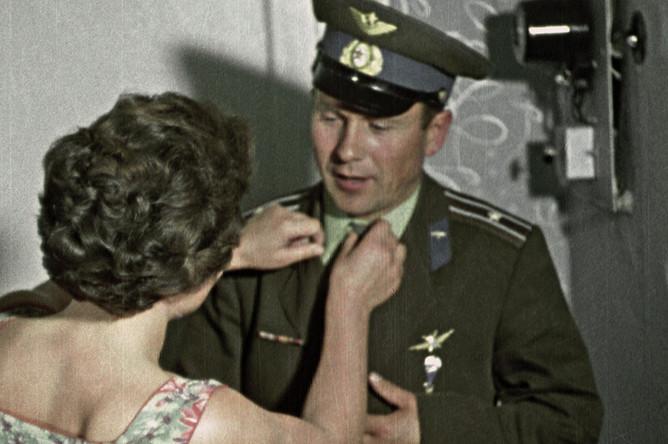 Кадр из документального кинофильма «Звездные братья». Летчик-космонавт СССР Павел Попович и его жена Марина, 1962 год