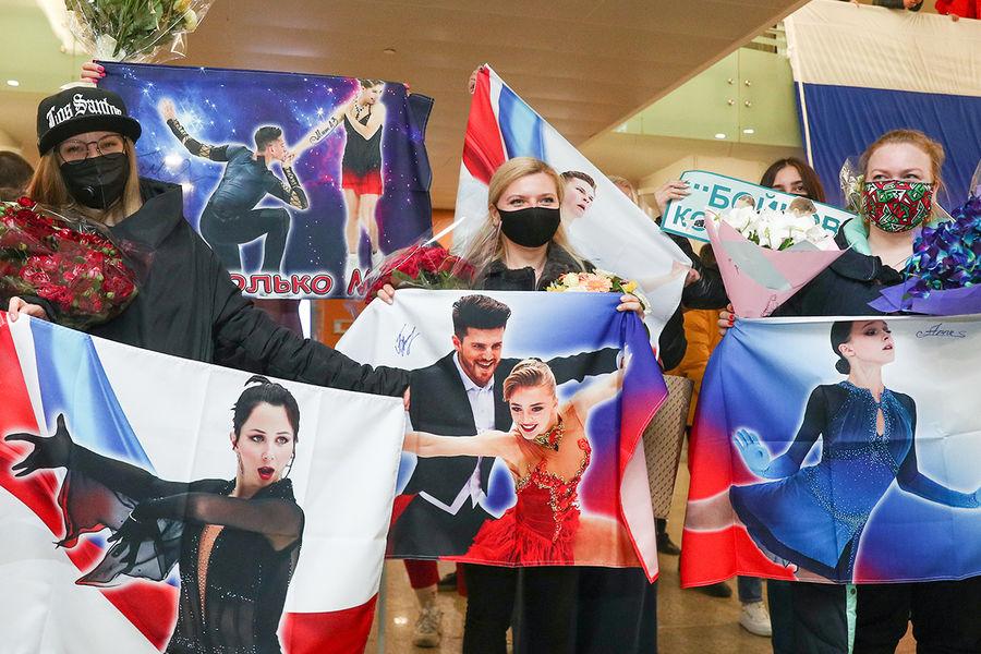 Болельщики ваэропорту Шереметьево во время встречи российских фигуристов, вернувшихся счемпионата мира пофигурному катанию вСтокгольме, 29 марта 2021 года
