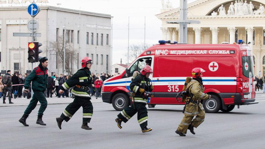 Сотрудники МЧС у минского метро, где прогремел взрыв, 11 апреля 2011 года