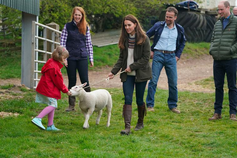 Кейт Миддлтон и принц Уильям во время посещения семейной фермы в Литтл-Стейнтоне, Великобритания, 27 апреля 2021 года