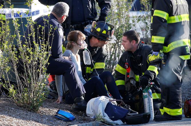 Экстренные службы и пострадавшая девушка на велодорожке на Манхэтенне в Нью-Йорке, 31 октября 2017 года