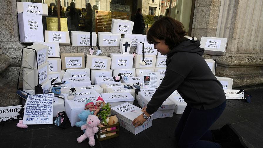 Похоронные ящики с именами детей во время шествия в память о телах младенцев, обнаруженных в 2014 году в доме матери и ребенка в Туаме (Ирландия), 2018 год