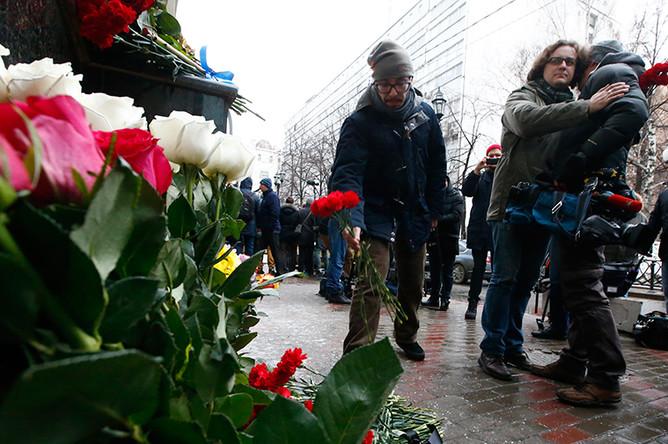 Оператор телеканала «Звезда», чьи коллеги были на борту разбившегося под Сочи Ту-154, около здания ансамбля имени Александрова в Москве, 25 декабря 2016 года