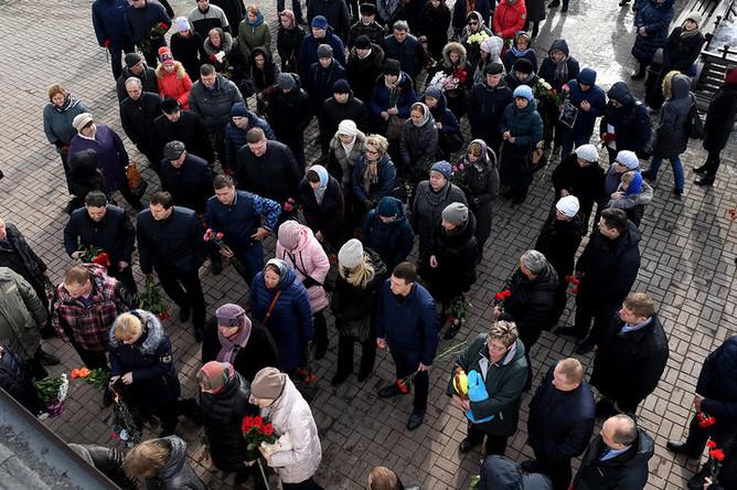 Перед началом отпевания детей, погибших при пожаре в торговом центре «Зимняя вишня», в храме Святой Троицы