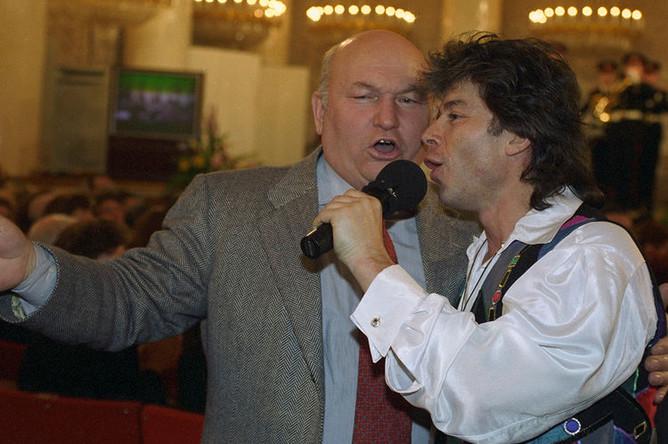 Мэр Москвы Юрий Лужков и певец Олег Газманов во время исполнения песни о столице, 1997 год
