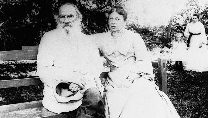 Писатель Лев Николаевич Толстой (слева) и Софья Андреевна Толстая (справа) в Ясной Поляне, 1903 год