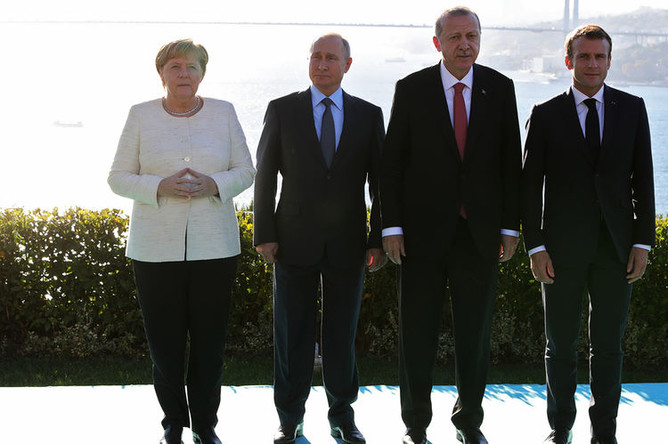 Президент России Владимир Путин, федеральный канцлер ФРГ Ангела Меркель, президент Турции Реджеп Тайип Эрдоган и президент Франции Эммануэль Макрон во время встречи в Стамбуле, 27 октября 2018 года