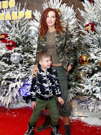 Актриса Эвелина Бледанс и ее сын Семен Семин на премьере фильма режиссера Т.Бекмамбетова «Елки последние», 2018 год