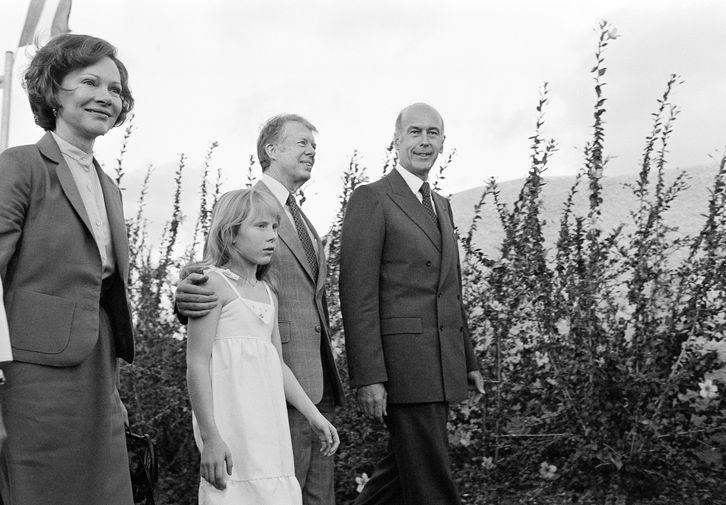 Президент США Джимми Картер с дочерью Эми и президент Франции Жискар д'Эстен во время прогулки в Гваделупе, 1978 год