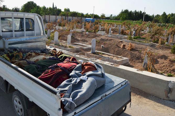 Тела погибших во время атаки в пригороде Дамаска, в ходе которой, по словам оппозиции, было применено химоружие