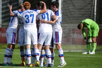 Игроки ЦСКА радуются забитому голу в матче группового этапа Юношеской лиги УЕФА