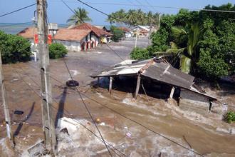 Приливные волны затапливают дома в 60 км к югу от Коломбо, Шри-Ланка