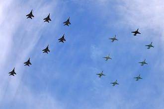 Многоцелевые истребители МиГ-29 и штурмовики Су-25 во время военного парада в ознаменование 70-летия Победы в Великой Отечественной войне