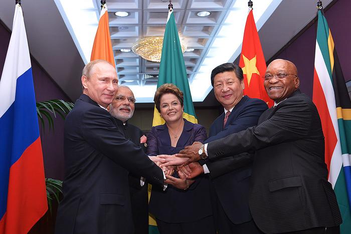 Президент России Владимир Путин, премьер-министр Индии Нарендра Моди, президент Бразилии Дилма Русеф, председатель Китайской Народной Республики Си Цзиньпин и президент Южно-Африканской Республики (ЮАР) Джейкоб Зума (слева направо)