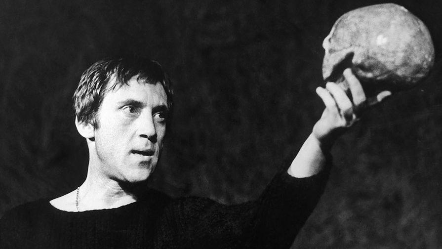 Владимир Высоцкий в спектакле «Гамлет» на сцене Театра на Таганке, 1971 год
