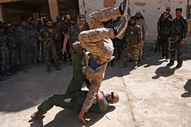 Генерал Исама Захреддин обучает новобранцев республиканской гвардии в сирийском городе Дейр-эз-Зор, апрель 2017 года