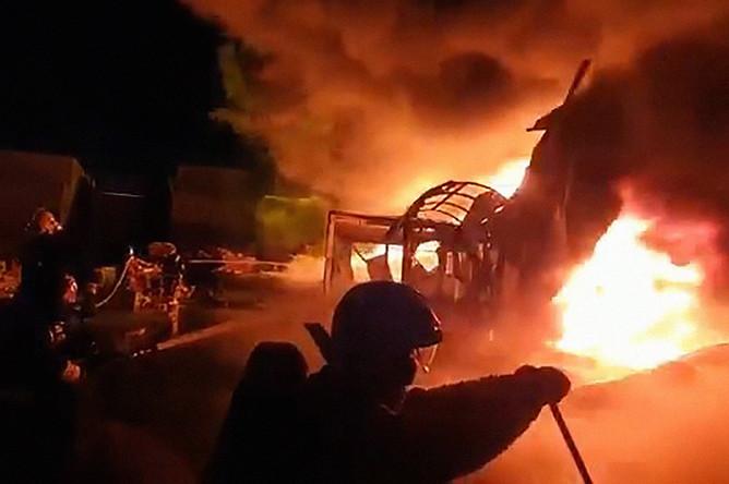 На месте пожара в промзоне в Пушкинском районе Санкт-Петербурга, 3 декабря 2019 года. Кадр из видео