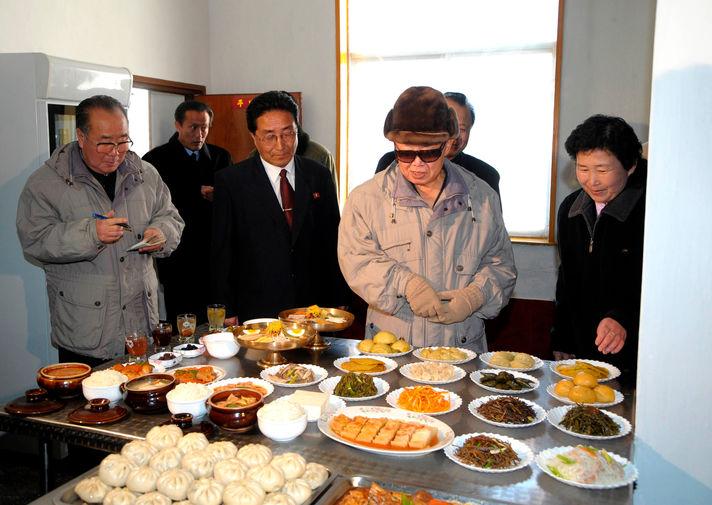 Ким Чен Ир в городе Манпхо, снимок без даты опубликован в 2009 году