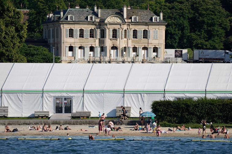 Вид на виллу La Grange в Женеве. На переднем плане медиацентр для прессы