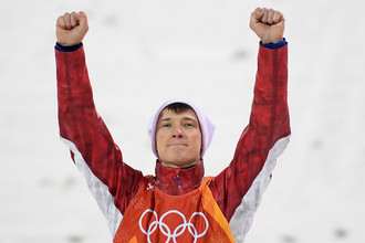 Илья Буров (Россия), занявший третье место в финале лыжной акробатики на соревнованиях по фристайлу среди мужчин на XXIII зимних Олимпийских играх в Пхенчхане, на цветочной церемонии. Рамиль Ситдиков / РИА Новости
