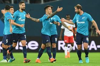 Игроки «Зенита» радуются забитому мячу в ворота «РБ Лейпциг»