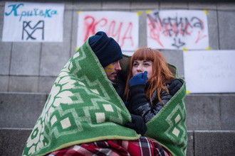 Студенты киевских ВУЗов греются во время акции за дальнейшую интеграцию Украины в ЕС