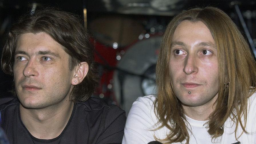 Участники группы «Би-2» Лева (Егор Бортник) и Шура (Александр Уман) на презентации своего альбома «Drum(a)», 2002 год