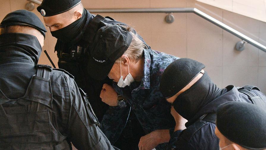 Михаил Ефремов около здания Пресненского суда Москвы перед началом заседания по делу о смертельном ДТП с его участием, 11 августа 2020 года