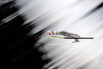 Участник соревнования по прыжкам на лыжах с трамплина в Инсбруке