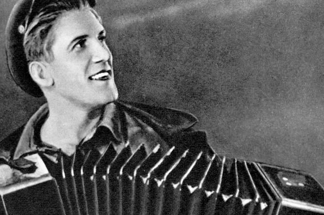 Актер Николай Крючков в роли Клима Ярко в фильме «Трактористы» (режиссер Иван Пырьев), 1939 год